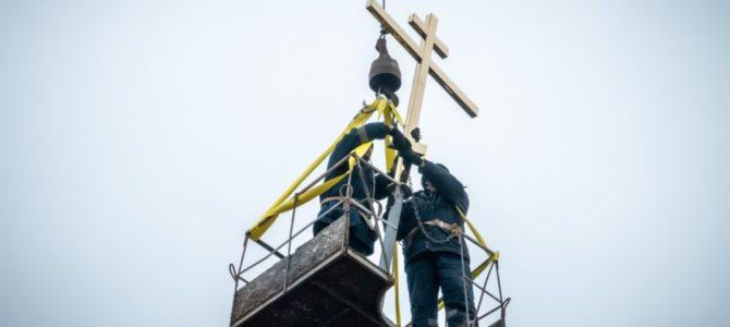 На Петропавловский храм города Камбарки установлен крест