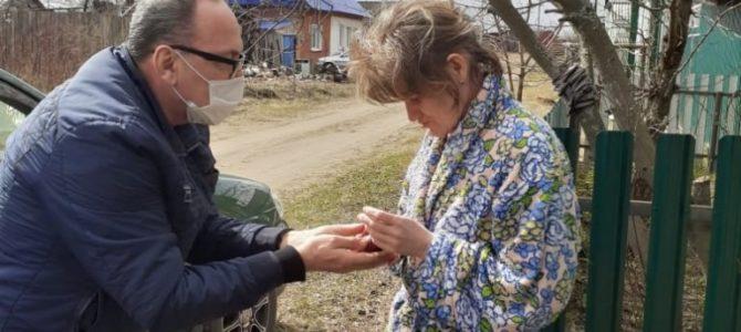 Волонтеры Петропавловского храма поздравили прихожан с Пасхой